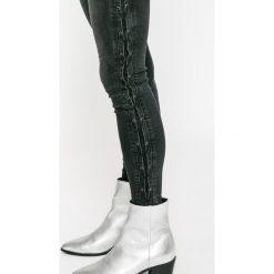 Review - Jeansy Minnie. Czarne jeansy damskie rurki Review, z bawełny. W wyprzedaży za 139,90 zł.