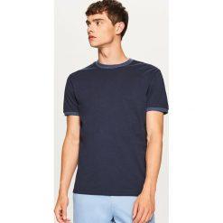 T-shirt z kontrastową lamówką - Granatowy. Niebieskie t-shirty męskie Reserved, l, z kontrastowym kołnierzykiem. Za 29,99 zł.