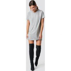 NA-KD T-shirtowa sukienka Babe - Grey. Szare sukienki mini marki NA-KD, z nadrukiem, z okrągłym kołnierzem, proste. Za 80,95 zł.