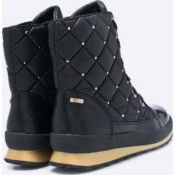 Caprice - Botki. Czarne buty zimowe damskie Caprice, z materiału, z okrągłym noskiem, na sznurówki. W wyprzedaży za 239,90 zł.