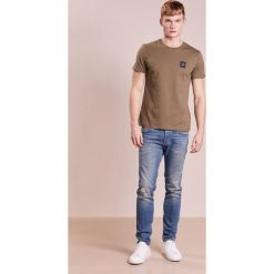 DRYKORN JAZ Jeansy Slim Fit blue. Niebieskie jeansy męskie relaxed fit marki DRYKORN, m, z dekoltem karo. W wyprzedaży za 440,30 zł.