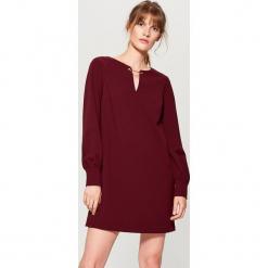Sukienka z biżuteryjną ozdobą - Bordowy. Czerwone sukienki z falbanami marki Mohito, z bawełny. Za 99,99 zł.