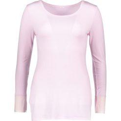 Koszulka piżamowa w kolorze jasnoróżowym. Czerwone koszule nocne i halki marki Naturana, z tiulu, z okrągłym kołnierzem. W wyprzedaży za 69,95 zł.