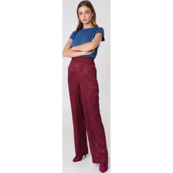 NA-KD Basic T-shirt z surowym wykończeniem - Blue. Różowe t-shirty damskie marki NA-KD Basic, z bawełny. W wyprzedaży za 31,77 zł.
