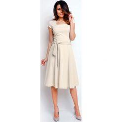 Beżowa Wyjściowa Rozkloszowana Sukienka z Dekoltem Karo. Brązowe sukienki balowe marki Molly.pl, do pracy, l, z dekoltem na plecach, mini, dopasowane. W wyprzedaży za 105,93 zł.