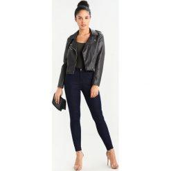 Lee SUPER HIGH WAIST Jeans Skinny Fit coated denim. Czarne rurki damskie Lee, z podwyższonym stanem. W wyprzedaży za 287,10 zł.