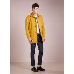 Gloverall CAR COAT DISCOVERY Krótki płaszcz mustard. Żółte prochowce męskie marki Gloverall, l, z bawełny. W wyprzedaży za 377,70 zł.