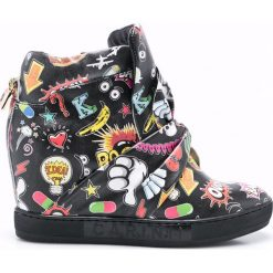 Carinii - Botki by Maja Sablewska. Czarne buty zimowe damskie marki Carinii, z gumy, z okrągłym noskiem, na koturnie. W wyprzedaży za 269,90 zł.