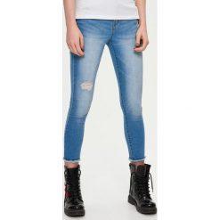 Jeansy damskie: Jeansy skinny z przetarciami - Niebieski