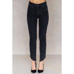 Spodnie z wysokim stanem: NA-KD Trend Jeansy z wysokim stanem i skośnym wykończeniem - Black