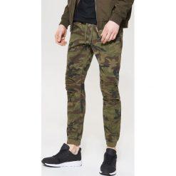 Spodnie męskie: Joggery camo – Wielobarwn