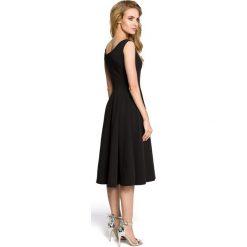 IVY Koktajlowa sukienka z klinów - czarna. Czarne sukienki rozkloszowane Moe, dekolt w kształcie v, bez rękawów. Za 198,00 zł.