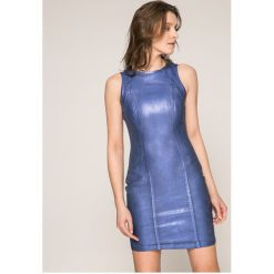 Guess Jeans - Sukienka Vivetta. Szare sukienki balowe marki Guess Jeans, l, z aplikacjami, z bawełny, z dekoltem w łódkę, mini, dopasowane. W wyprzedaży za 429,90 zł.