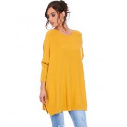 """Sweter """"Lacy"""" w kolorze musztardowym. Szare swetry klasyczne damskie marki Mohito, l, z asymetrycznym kołnierzem. W wyprzedaży za 181,95 zł."""