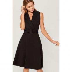 Rozkloszowana sukienka z paskiem - Czarny. Czarne sukienki rozkloszowane marki Mohito, l. Za 119,99 zł.