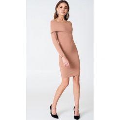 Długie sukienki: Hannalicious x NA-KD Sukienka na jedno ramię z odwijanym dekoltem - Beige,Nude