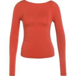 Free People LOW BACK LAYERING Bluzka z długim rękawem orange. Brązowe bluzki longsleeves Free People, z elastanu, sportowe. W wyprzedaży za 139,30 zł.