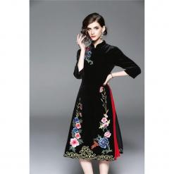 Sukienka w kolorze czarno-czerwonym. Czarne sukienki na komunię marki Zeraco, z dekoltem na plecach, midi. W wyprzedaży za 349,95 zł.