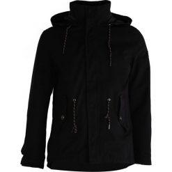 Czarna Kurtka Windy Type. Czarne kurtki męskie marki Born2be, m, z nadrukiem, z dresówki, z kapturem. Za 179,99 zł.