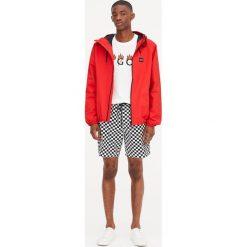 Kurtka w żeglarskim stylu z kapturem. Czerwone kurtki męskie Pull&Bear, m, z kapturem. Za 69,90 zł.