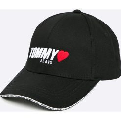 Tommy Jeans - Czapka. Czarne czapki z daszkiem damskie marki Tommy Jeans, z bawełny. W wyprzedaży za 129,90 zł.