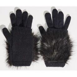 Rękawiczki z futrem syntetycznym - Czarny. Czarne rękawiczki damskie marki Sinsay, z syntetyku. Za 19,99 zł.
