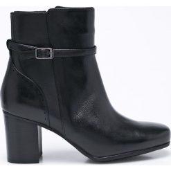 Clarks - Botki. Czarne buty zimowe damskie marki Clarks, z materiału, na obcasie. W wyprzedaży za 239,90 zł.