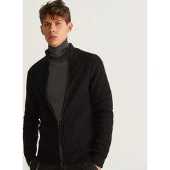 Sweter zapinany na zamek - Czarny. Czarne swetry rozpinane męskie marki Reserved, l, z kapturem. Za 99,99 zł.