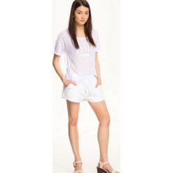 T-SHIRT KRÓTKI RĘKAW DAMSKI. Białe t-shirty damskie Top Secret, z tkaniny. Za 14,99 zł.
