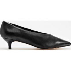 Skórzane czółenka na niskim obcasie - Czarny. Czarne buty ślubne damskie marki Reserved, na niskim obcasie. Za 199,99 zł.