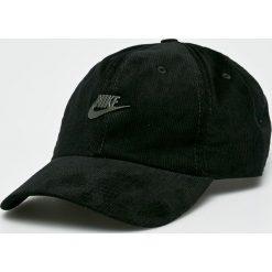 Nike Sportswear - Czapka. Różowe czapki z daszkiem męskie marki Nike Sportswear, l, z nylonu, z okrągłym kołnierzem. W wyprzedaży za 79,90 zł.