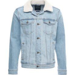 Hollister Co. COLLAR TRUCKER Kurtka jeansowa light wash. Niebieskie kurtki męskie jeansowe Hollister Co., l. Za 359,00 zł.