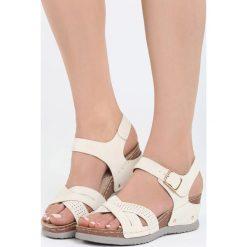 Beżowe Sandały Connection. Brązowe sandały damskie marki Born2be, z materiału, na koturnie. Za 49,99 zł.