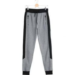 Szare Spodnie Dresowe Divorce. Czarne spodnie dresowe męskie marki Born2be, l, z aplikacjami, z dresówki. Za 44,99 zł.
