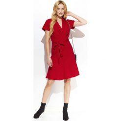 Czerwona Rozkloszowana Sukienka z Kopertowym Dekoltem Przewiązana Paskiem. Czerwone sukienki mini Molly.pl, do pracy, l, biznesowe, z kopertowym dekoltem, z krótkim rękawem, kopertowe. Za 128,90 zł.
