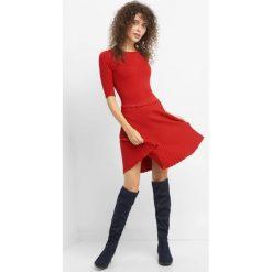 Sukienka z efektem plisowania. Czerwone sukienki dzianinowe Orsay, s, w prążki, z falbankami, dopasowane. Za 119,99 zł.