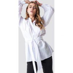 NA-KD Trend Koszula z bufiastym rękawem - White. Białe koszule wiązane damskie marki NA-KD Trend, w paski. Za 161,95 zł.