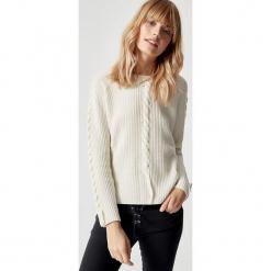 Sweter wełniany w kolorze kremowym. Białe swetry klasyczne damskie marki Manode, s, z kaszmiru, z dekoltem w łódkę. W wyprzedaży za 391,95 zł.