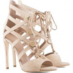 Skórzane sandały w kolorze beżowym. Brązowe sandały damskie BOHOBOCO, ze skóry, na obcasie. W wyprzedaży za 1199,95 zł.