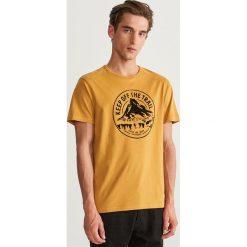 T-shirt z nadrukiem - Żółty. Żółte t-shirty męskie z nadrukiem marki Reserved, l. Za 49,99 zł.