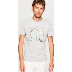T-shirt z nadrukiem NOWHERE TO ESCAPE - Jasny szar. Szare t-shirty męskie z nadrukiem marki Reserved, l. W wyprzedaży za 24,99 zł.