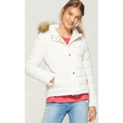 Pikowana kurtka z kapturem - Kremowy. Białe kurtki damskie pikowane marki Sinsay, l, z kapturem. W wyprzedaży za 99,99 zł.