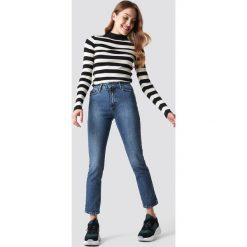 NA-KD Trend Jeansy z klasycznym wykończeniem - Blue. Białe spodnie z wysokim stanem marki NA-KD Trend, z nadrukiem, z jersey, z okrągłym kołnierzem. Za 161,95 zł.