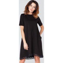 """Czarna Sukienka w Kształcie Litery """"A"""" z Koronkową Lamówką. Czarne sukienki balowe marki Molly.pl, do pracy, l, z koronki, z klasycznym kołnierzykiem, z krótkim rękawem, mini, oversize. Za 158,90 zł."""