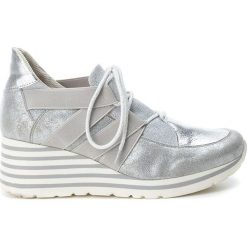 Buty ślubne damskie: Sneakersy w kolorze srebrnym na koturnie