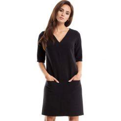 Czarna Sukienka w Serek z Kieszeniami. Czarne sukienki balowe Molly.pl, na co dzień, l, z tkaniny, dekolt w kształcie v, z krótkim rękawem, mini, proste. Za 125,90 zł.