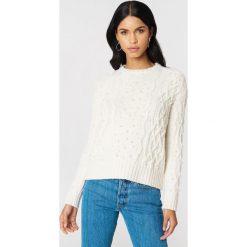 NA-KD Sweter ze sztucznymi perłami - White,Offwhite. Białe swetry klasyczne damskie marki NA-KD, z dzianiny. W wyprzedaży za 101,48 zł.