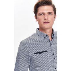 KOSZULA MĘSKA W PEPITO Z KIESZENIAMI I KROJU SLIM. Szare koszule męskie slim marki Top Secret, m, z klasycznym kołnierzykiem, z długim rękawem. Za 64,99 zł.