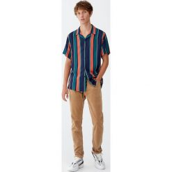 Koszula z wiskozy w szerokie pomarańczowe paski. Brązowe koszule męskie w paski Pull&Bear, m, z wiskozy. Za 89,90 zł.