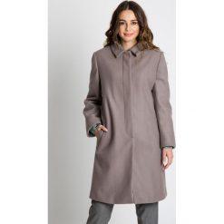Płaszcze damskie pastelowe: Długi płaszcz zapinany na guziki  BIALCON